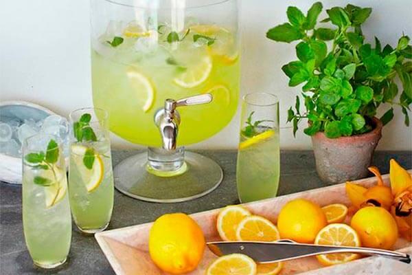 Cómo conservar zumo recién exprimido para una fiesta