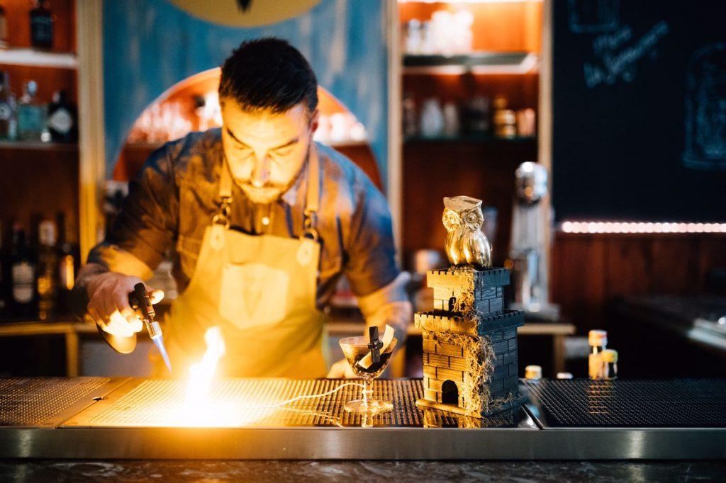 Jorge Serrano bartender y propietario del Meeting Point
